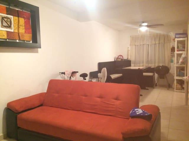 Comedor y sala con sofá cama.