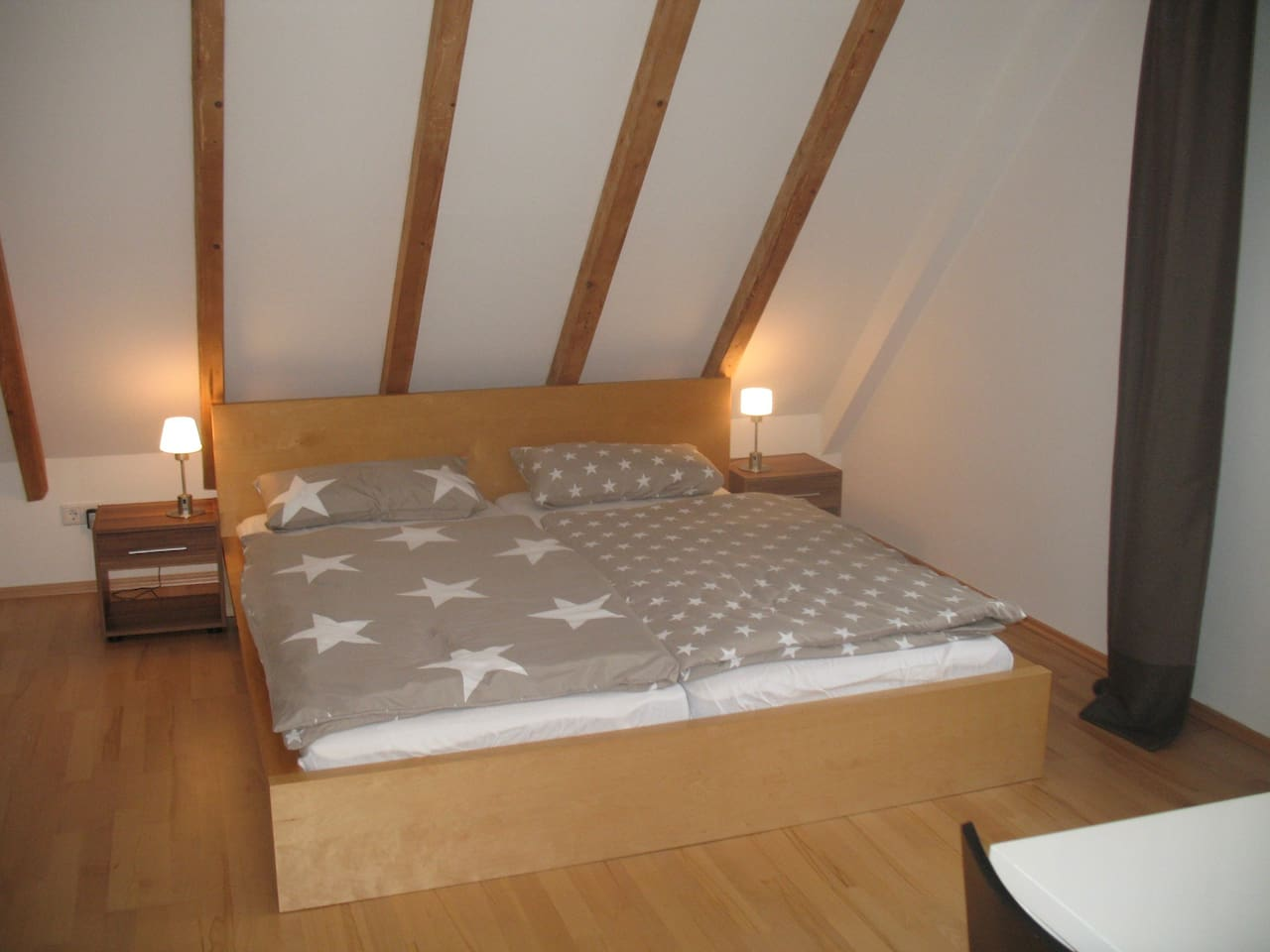 Gemütliches und geräumiges Schlafzimmer; großer Kleiderschrank, Ablagemöglichkeiten.