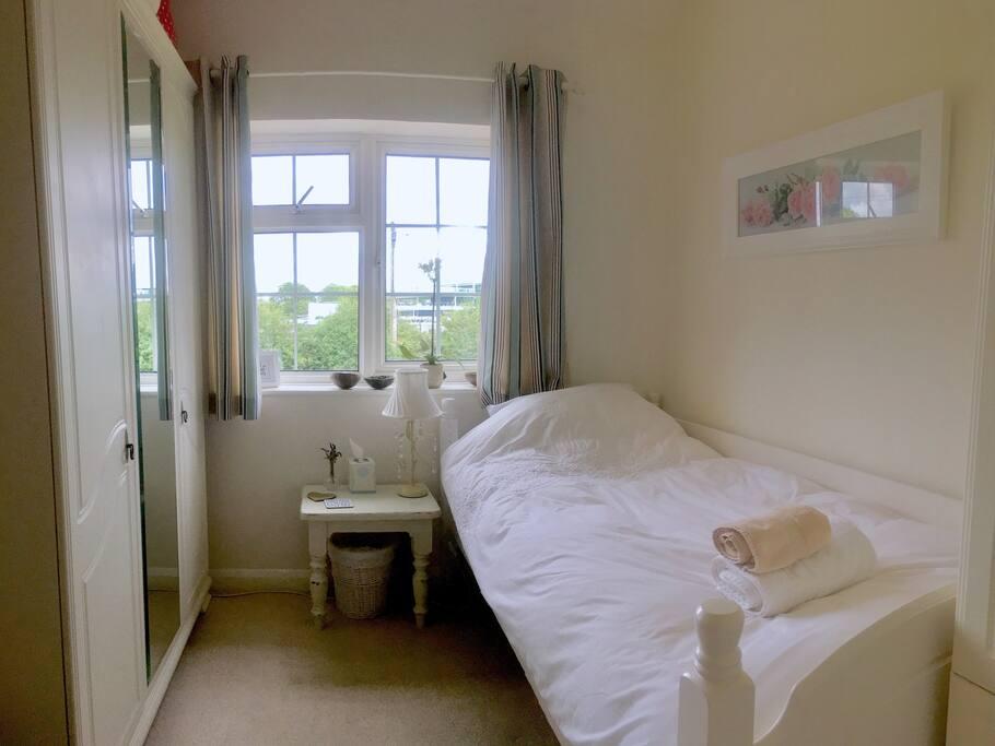Single comfy bedroom