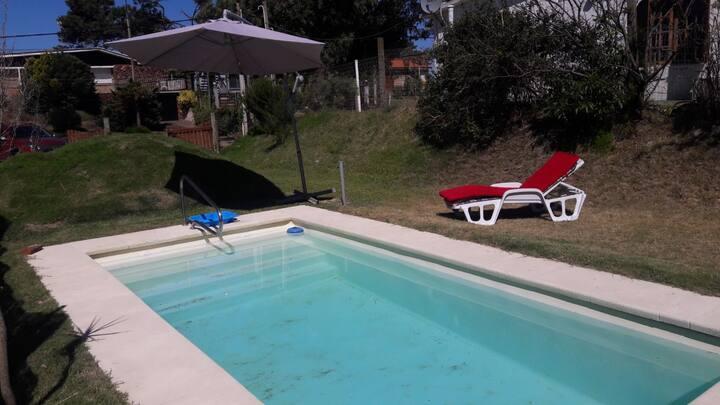 Casa con piscina en atlantida a metros del mar.