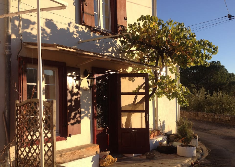 Maison de Vigne is in a quite location within walking distance of shops and restaurants.