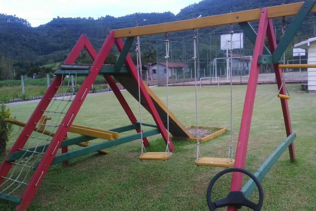 Parque Infantil e quadra poliesportiva