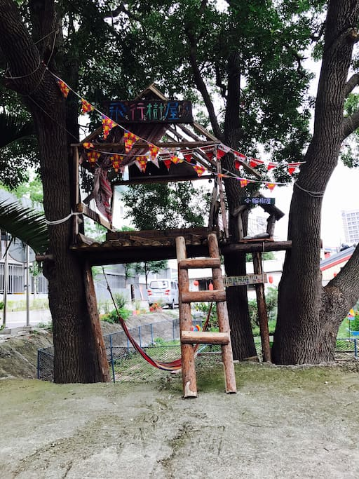 旅行管家客棧就是鄰近新竹景點之一「飛行樹屋」走路只要一分鐘。房東就是咖啡廳老闆娘之一的莎拉姐姐。