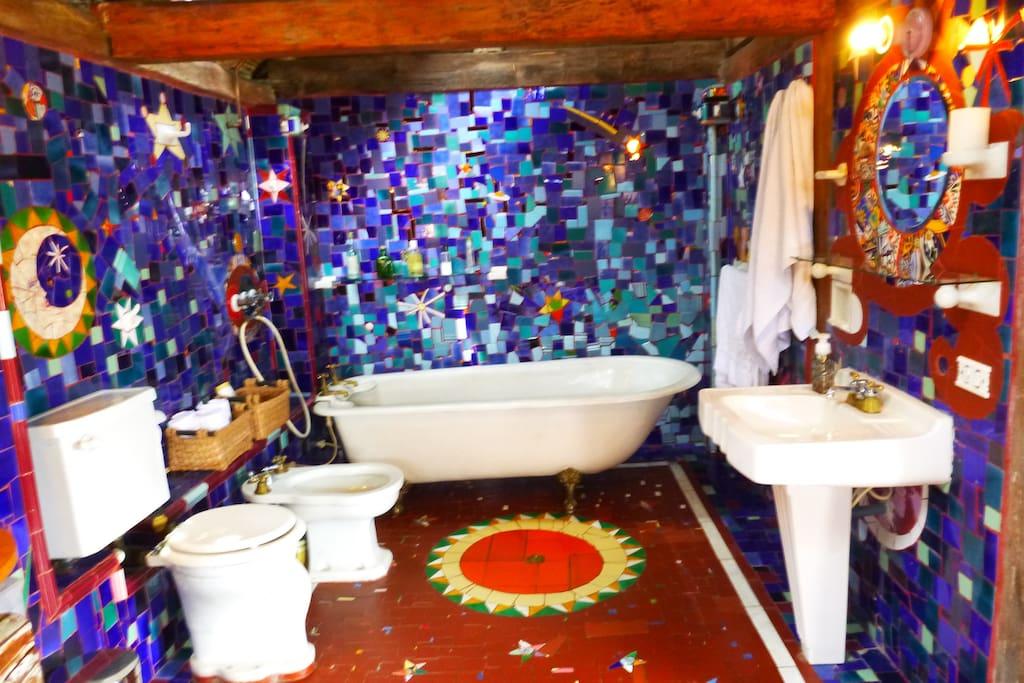 Mosaicos azules. Tina antigua y mucha inspiración.