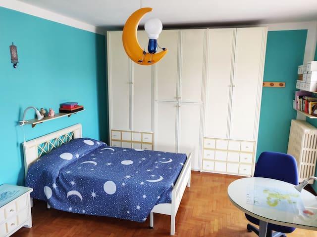 La stanza con il letto a una piazza e mezza.