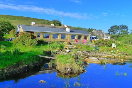 Sea-View Architect's Thatch cottage. Pets OK. WIFI