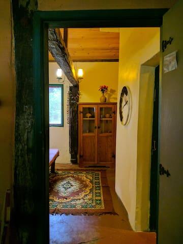 Vista da porta de entrada do Chalé, em direção à sala de estar.
