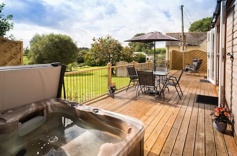 Luxury Lodge with wood burner and Hot Tub in Devon