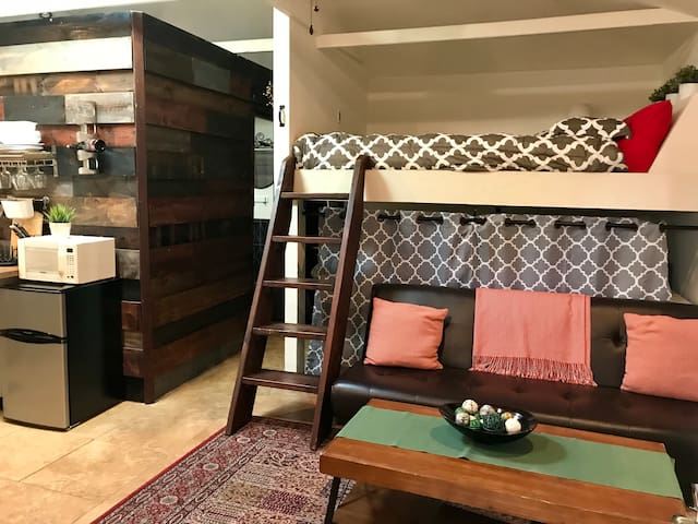 The cutest guest house, private patio, best deal.