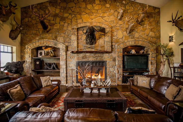 TEXAS ranch w/ private lake, wildlife, huge lodge