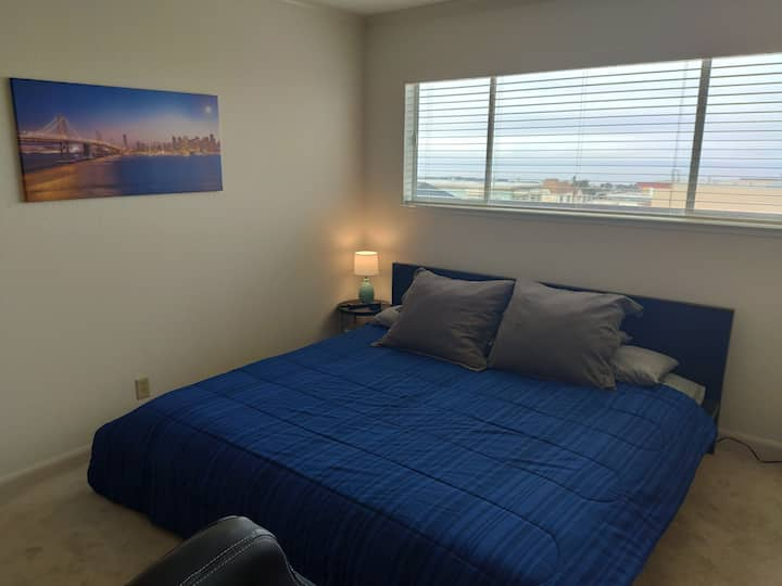 Bright Cozy Room Nice View / King Bed / WFH ready
