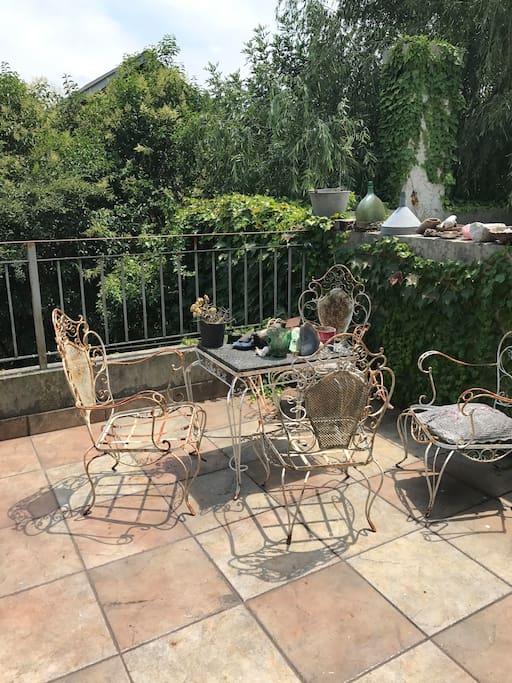 balcon del dormitorio ppal con vista a todo el jardin