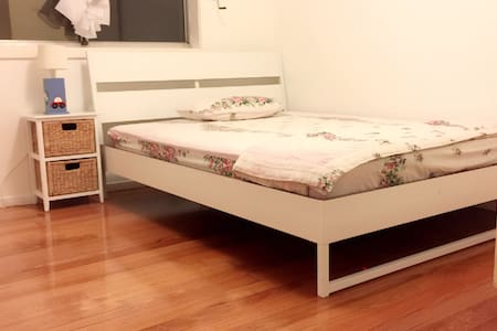 Spacious room close to transport - Thomastown - 独立屋