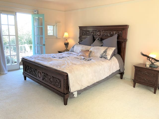 Bedroom 1: It has a comfort with a California king size bed, room darkening curtains, bed sheets, fluffy pillows, nightstands and nightlights!  In the evening your mini balcony opens to a night light city views and the day time to a beautiful garden.