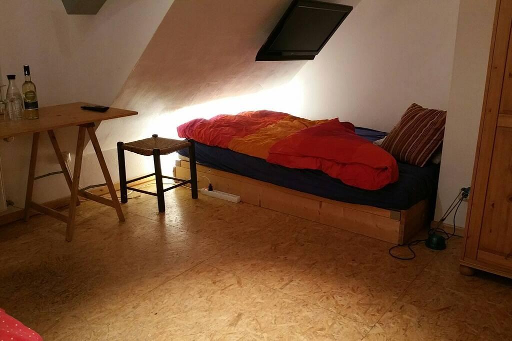 Schlafzimmer mit zwei Betten. -160×200cm -90x200cm  Besonderheit: Fernseher über dem Bett. Hier können DVD's geschaut werden.