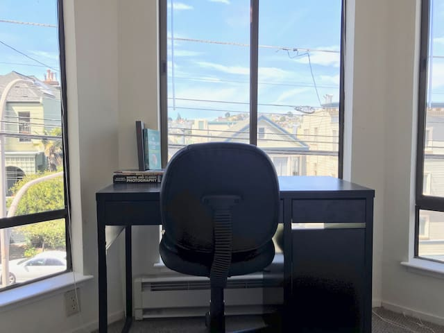 Beautiful Sunny SF Room with Bay Windows
