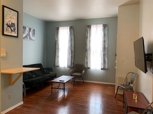 Spacious 2 BR Apt, Only 10 minutes to Manhattan!