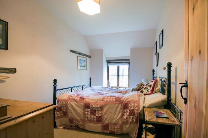 The cosy double bedroom. You can watch the river from the bed.