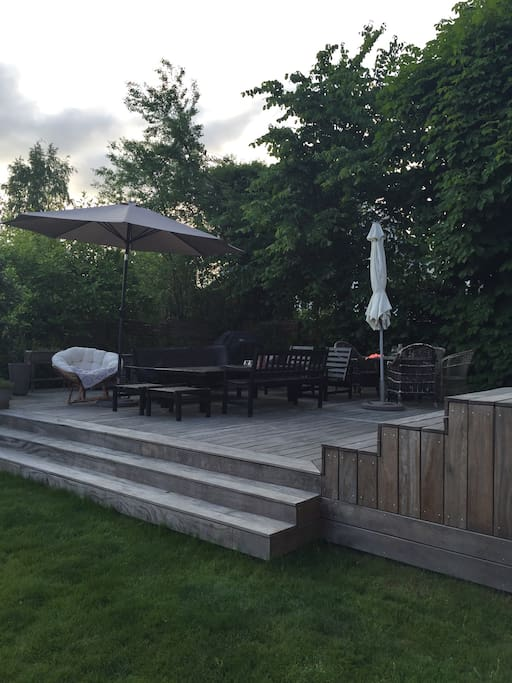 Sunny 100 m2 terrace with lounge furniture