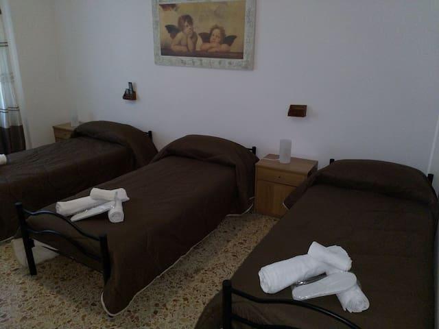 La camera da letto puó ospitare fino a 3 letti singoli oppure 1 letto doppio e 1 letto singolo a seconda delle esigenze degli ospiti