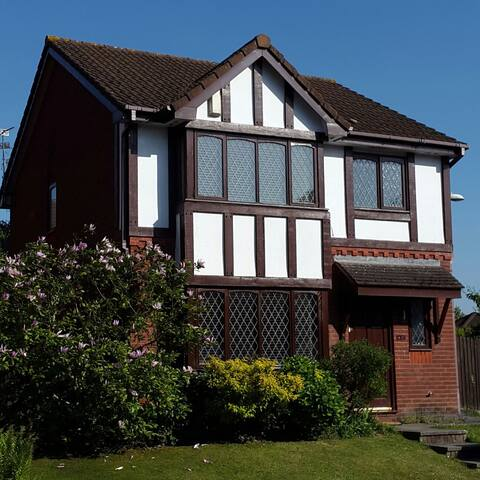 Lovely 3-bed house in village near Cardiff CF3 2EZ