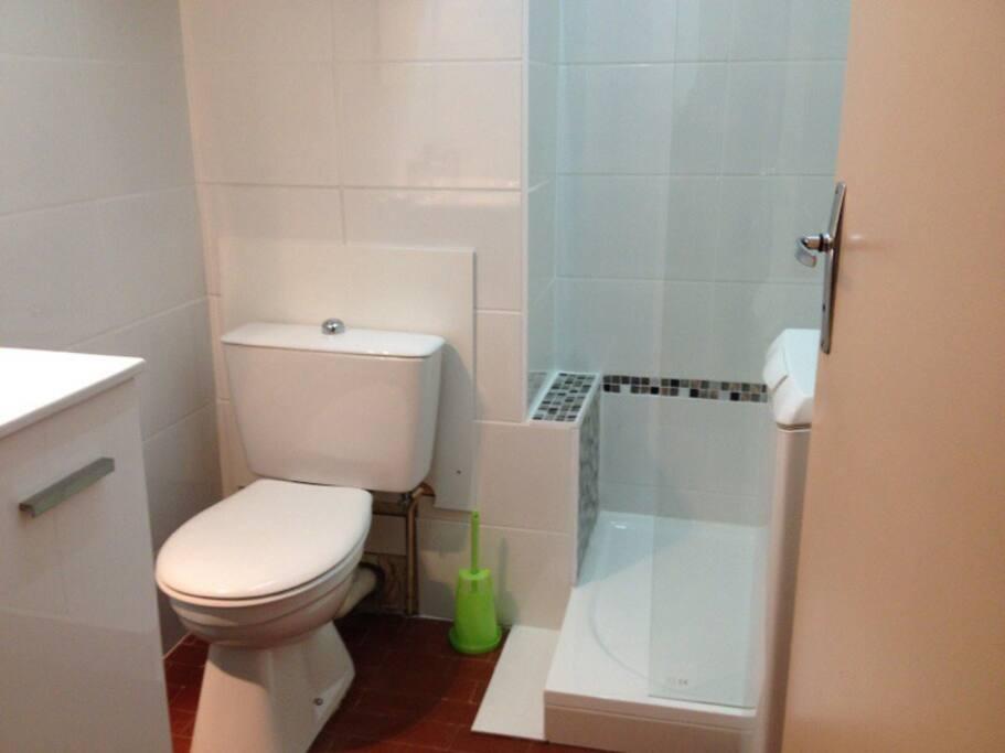 Salle d'eau wc .  Lave linge