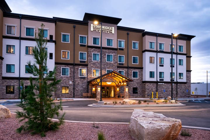 King Suite Close to Dixie State University! Shared Pool & Hot Tub + Kitchenette