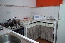 Cocina de 4 hornillas con vajilla completa y ollas