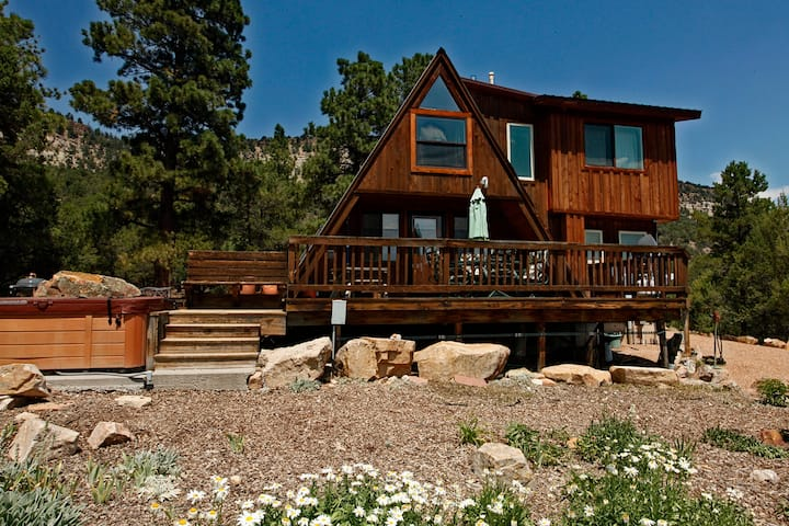 Cozy Cabin - Beautiful Views of the Surrounding Peaks - Hot Tub