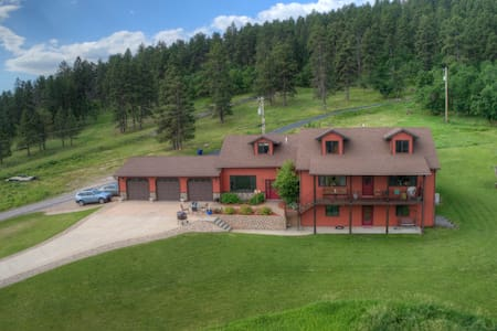 Spearfish Overlook! Convenience, privacy, & view!