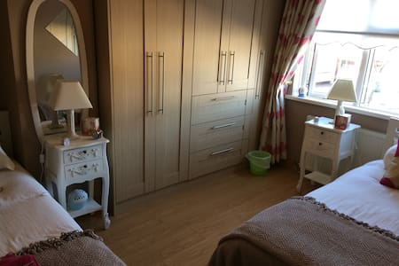 Spacious Twin Room. Close to city and airport!