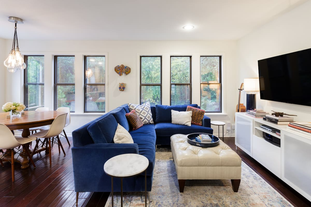 Well-Designed,  Downtown Area Townhouse for Eight