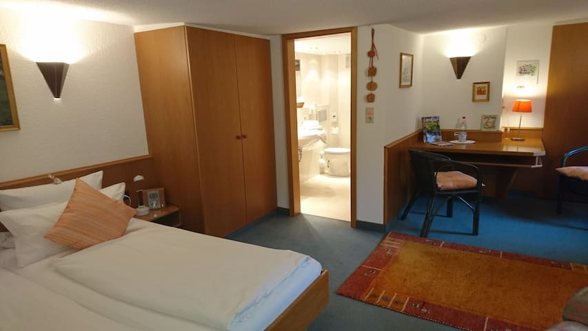 Double room-Economy-Ensuite with Shower-Courtyard view-Doppezlzimmer Nr. 3