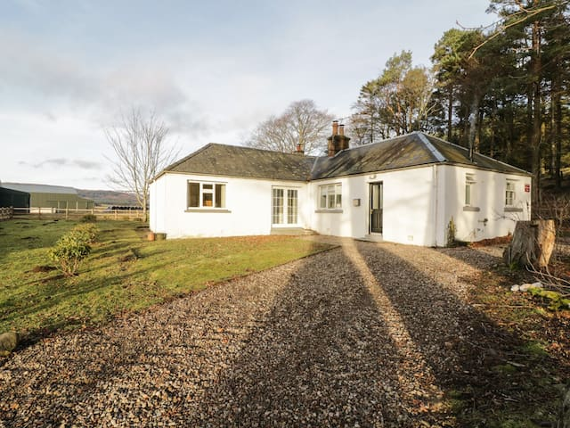 WHITE HILLOCKS COTTAGE, pet friendly in Kirriemuir, Ref 968610