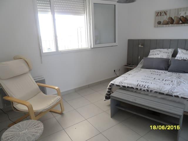 Chambre lumineuse avec grand placard et TV