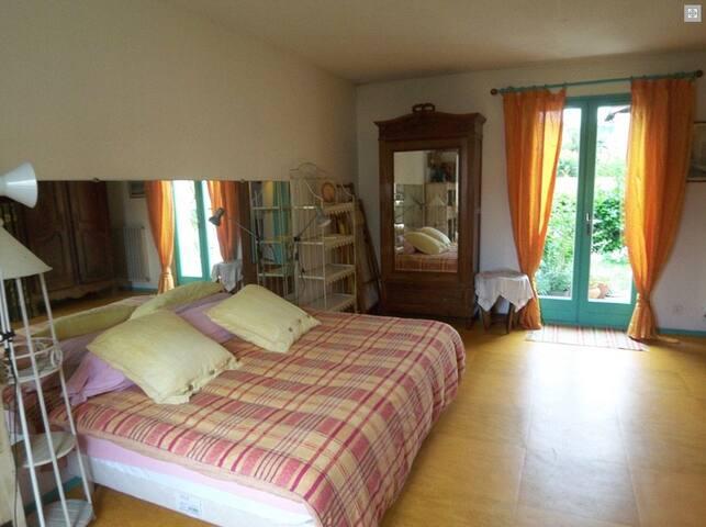 Chambre 2 - ouverte sur le jardinet