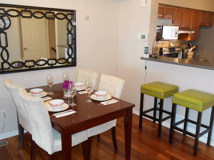 Clean Townhouse 2 comfy beds, unlim wifi, Central