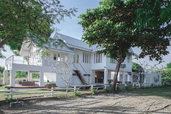 CHEZ PIPLI บ้านสองน้ำ บ้านพักตากอากาศใกล้ทะเล
