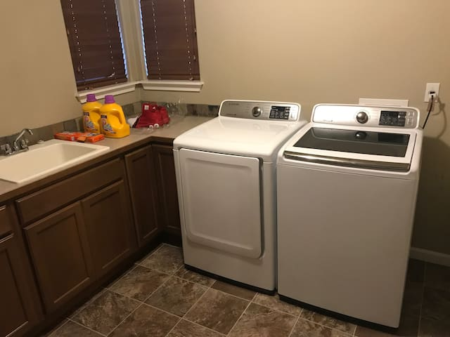 Laundry room New appliances & sink