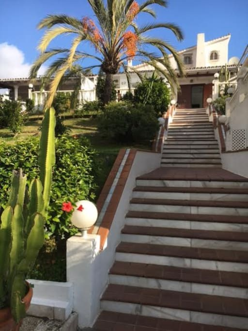 De prachtige privé opgang naar Villa Marbella Beach