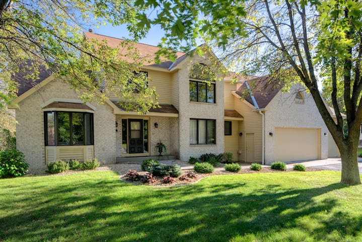 Serene retreat near Paisley Park; bdrm 3 (of 5) - Chaska - Casa