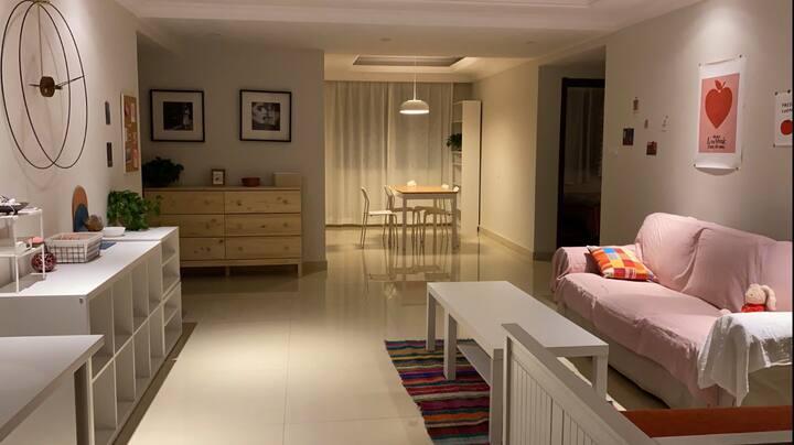 宜家风主卧带独卫。IKEA style master bedroom