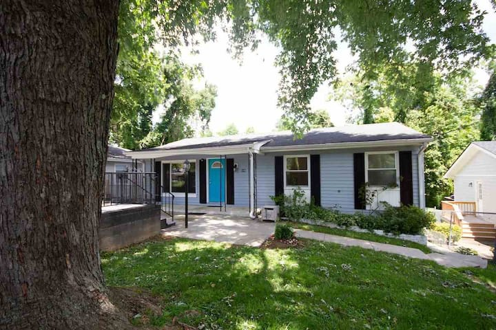 Peaceful-3BR-home 1 mile from Downtown mall