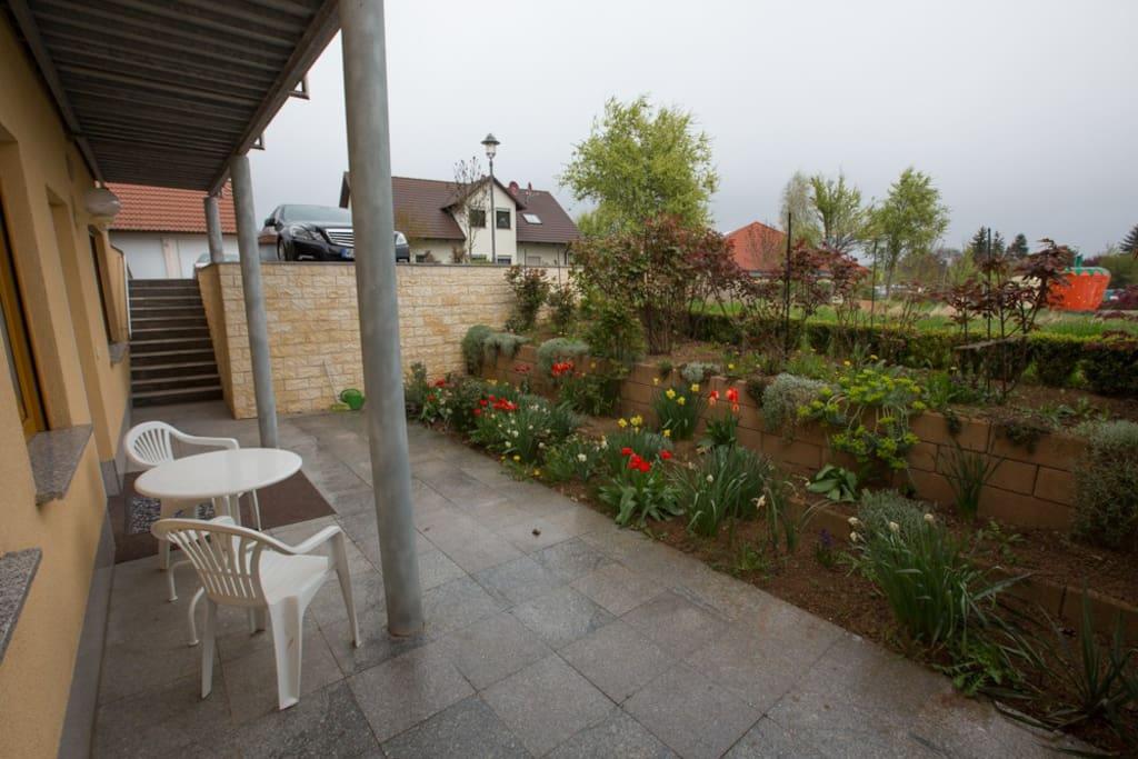 Die Terrasse mit Ausblick zur Parkplatz für zwei Autos