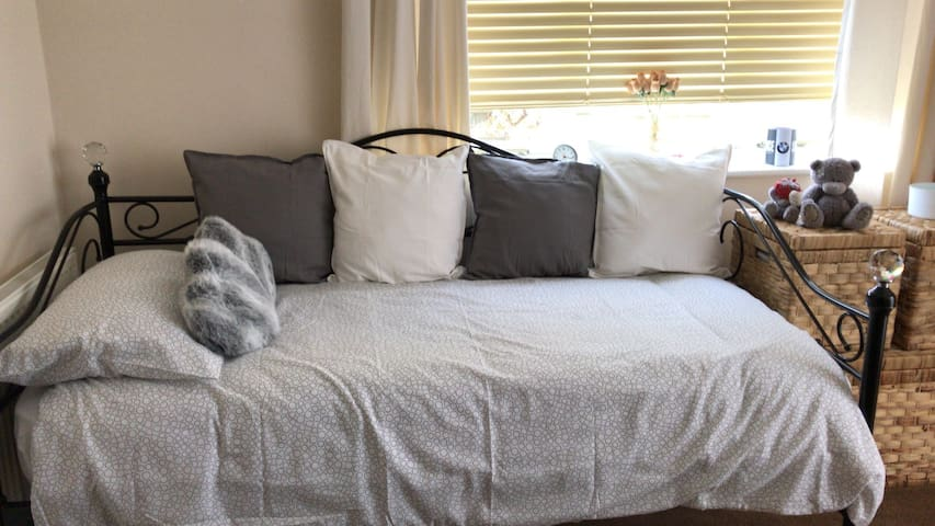 Homely Single room for a comfy over night stay.