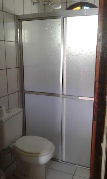 Banheiro com ducha quente