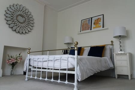 - Luxury Victorian Bedroom & Bathroom Fibre WiFi -