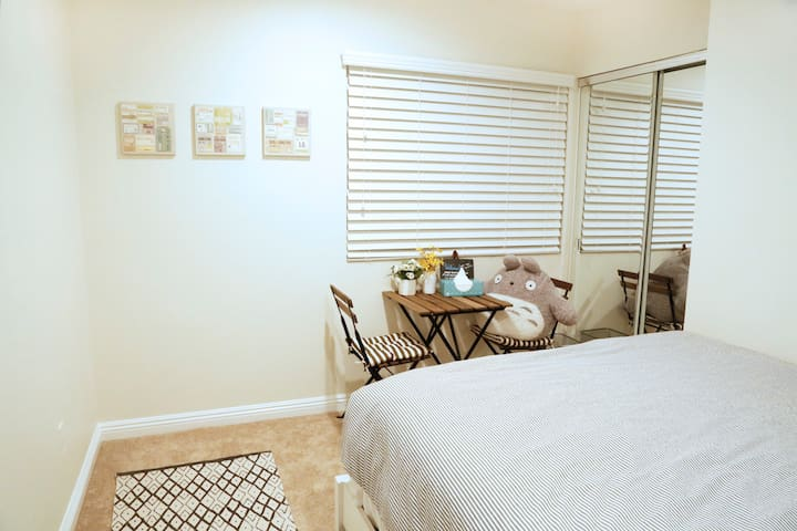 Cozy & bright private room w/ QUEEN bed - South Gate