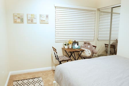Cozy & bright private room w/ QUEEN bed - South Gate - Lejlighedskompleks
