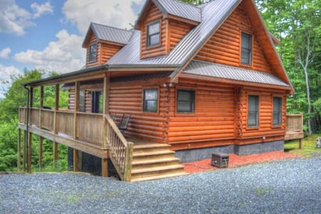 Alpen Rose-Beautiful 3 BR Cabin w/30 mile VIEWS, Hot Tub, Wi-Fi & Pets Considered